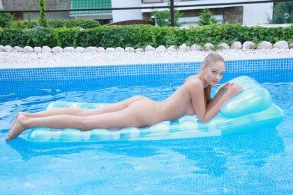 veronica-hot-pool-chick12.jpg