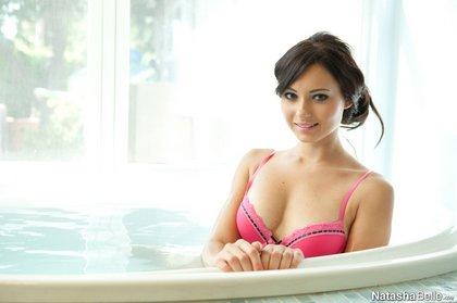 natasha_belle_hot_tub_beauty_2.jpg